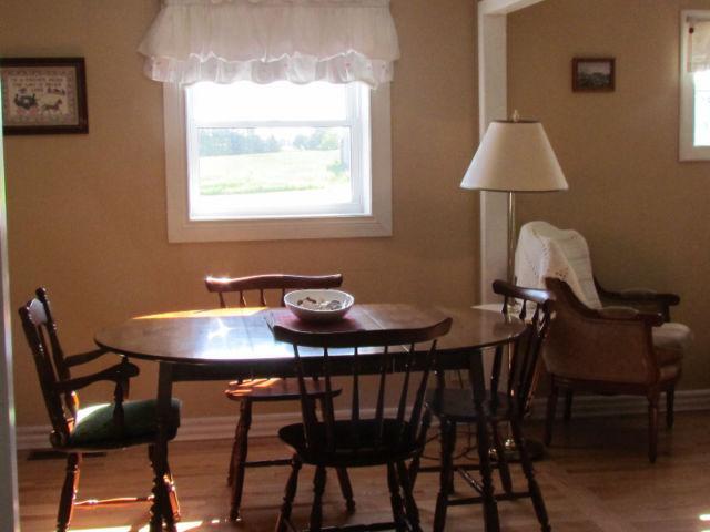 Sala de jantar. Se você está alimentando uma multidão, não há espaço para adicionar uma segunda tabela.