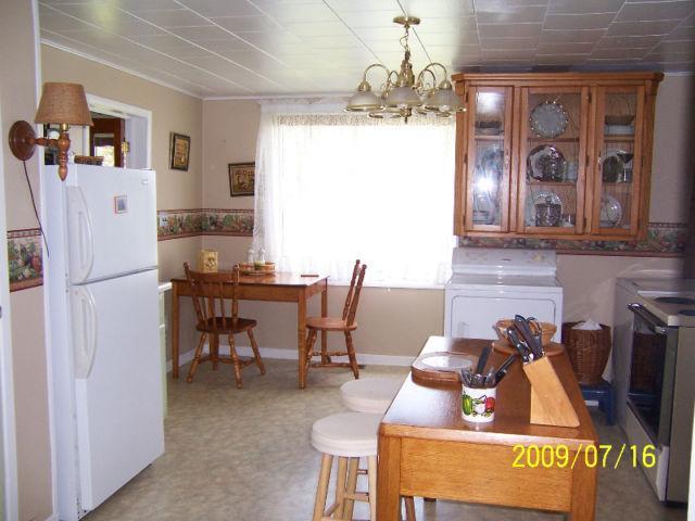 Cozinha. No piso principal, há uma casa de banho completa, sala de jantar e uma sala grande.