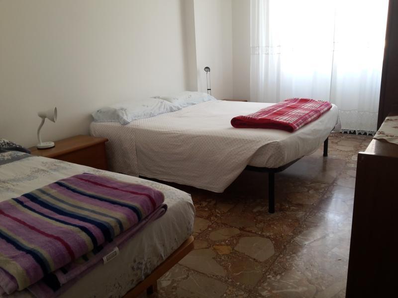 trilocale 2 camere,comodo servizi, 550 mt dal mare, casa vacanza a Finale Ligure