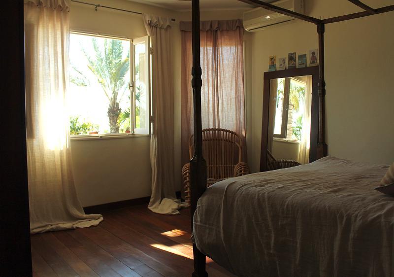 La chambre Sakifo, la douceur de vivre créole. Parquet et mobilier créole, Clim, SDB et WC séparés