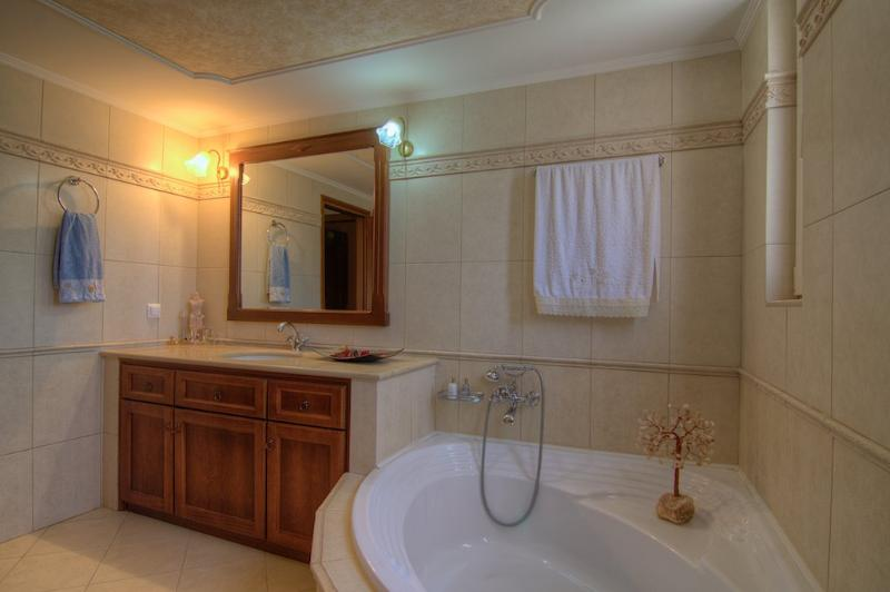 Another aspect of the bathroom!