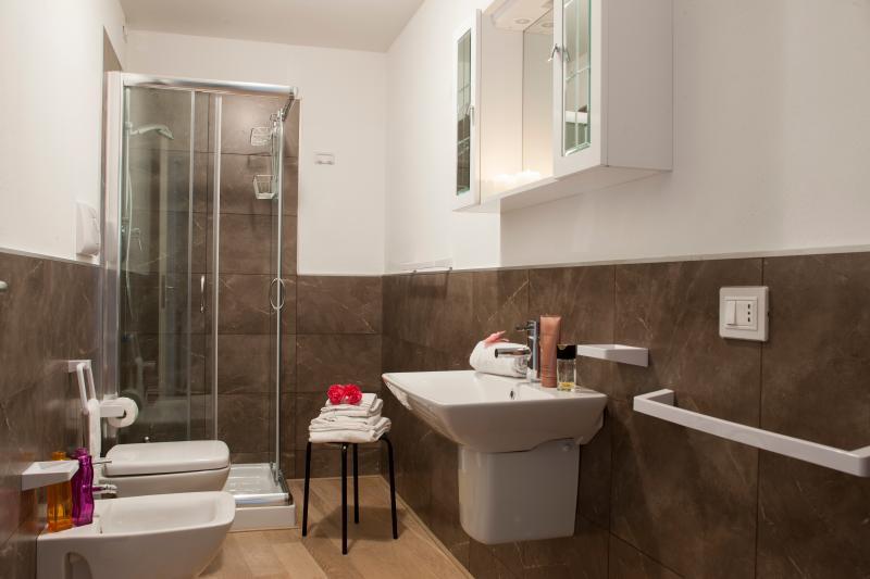 Badkamer met wc en haardroger