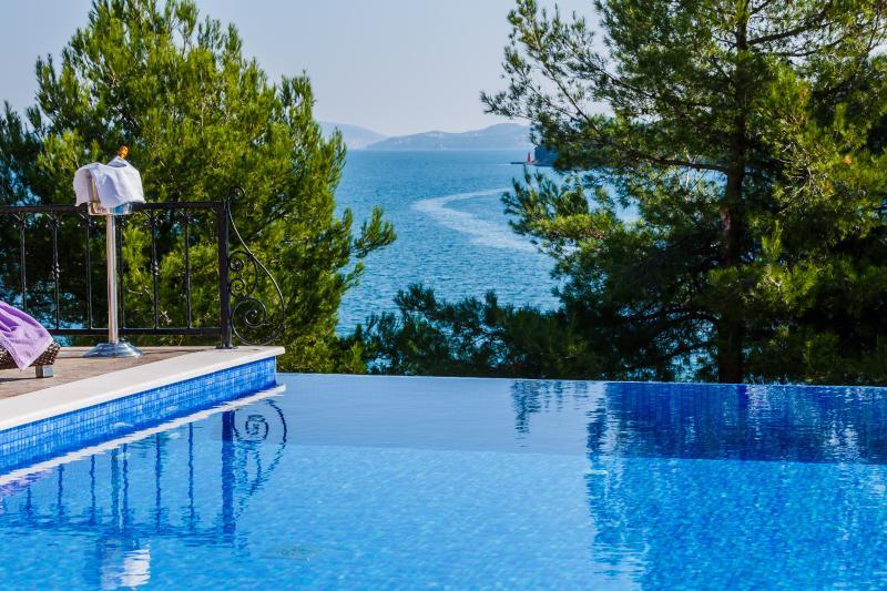 Front line villa with infinity pool near Trogir, location de vacances à Marina