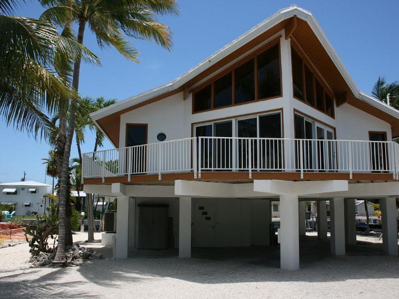 Tiki Chalet Canal Front Home with Easy Access, location de vacances à Marathon