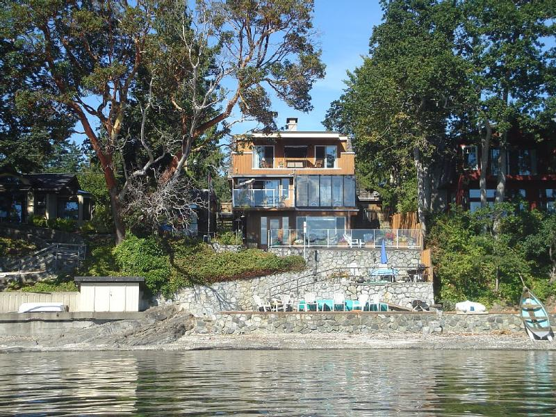 Absolute waterfront on the stunning Saanich, casa vacanza a Shawnigan Lake