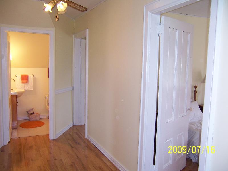 Salão para cima e metade-banho. Pisos de madeira de carvalho adorável em todos os quartos.