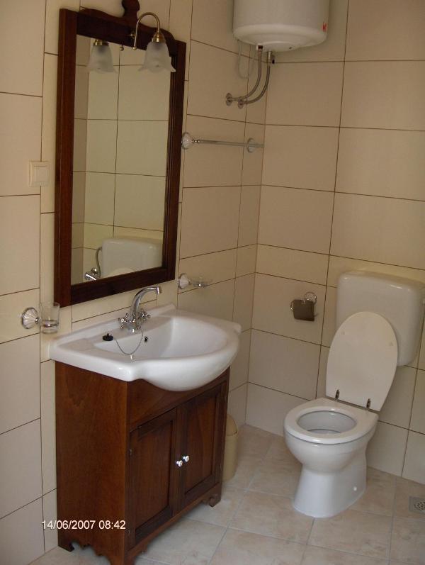 S2(2+2): bathroom with toilet