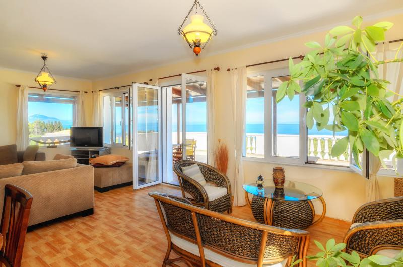 Three-Bedroom Apartment with Sea View, vacation rental in Ano Vasilikos