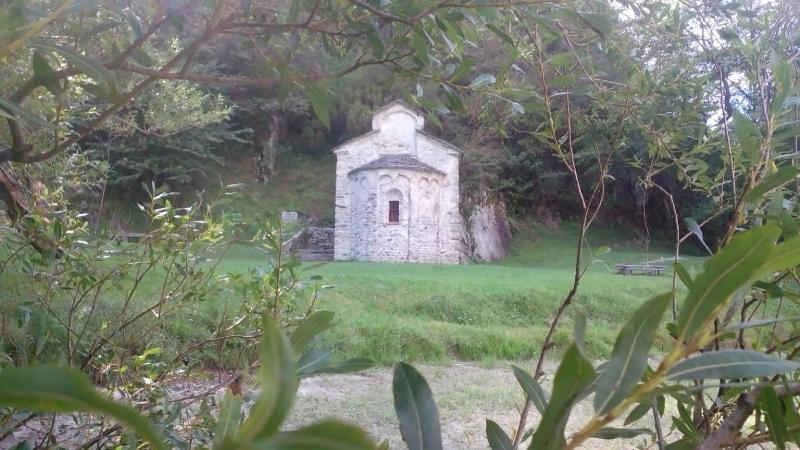 Il Tempietto di San Fedelino, una delle tante escursioni da scoprire.