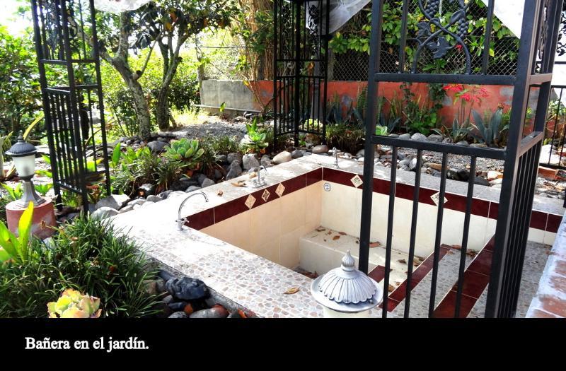 banheira de hidromassagem para 4 pessoas no jardim da água.