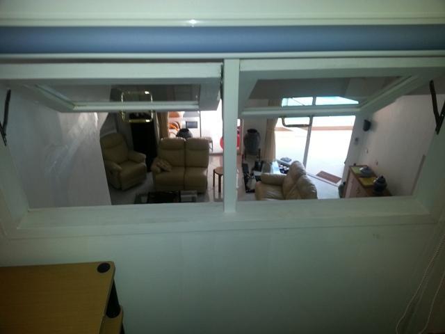 Vista dal soggiorno posto della Top-camera giù il nostro salone attraverso 2 finestre (finestre possono essere chiuse)