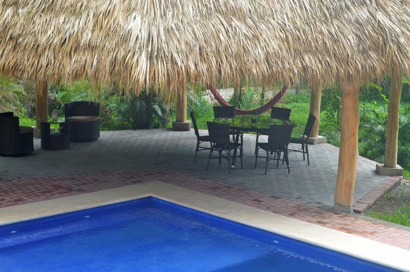 La piscine a une partie peu profonde qui est parfait pour les enfants ou juste se détendre avec une boisson glacée.