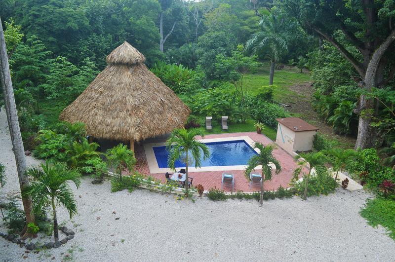 Una choza tiki y una piscina, otra cosa qué uno necesita para pasar unas vacaciones en el trópico.