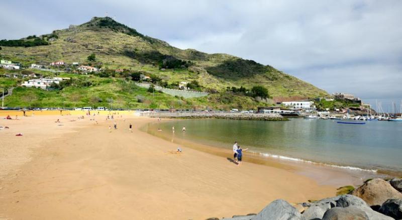 Praia de areia amarela em Machico