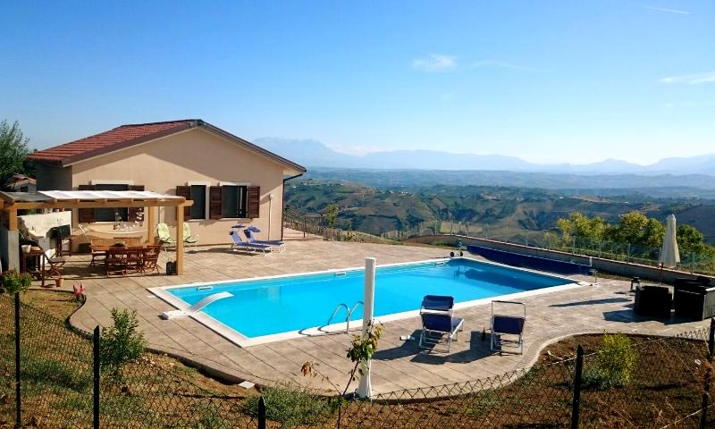 Modern villa with panoramic views & heated swimming pool, aluguéis de temporada em Elice