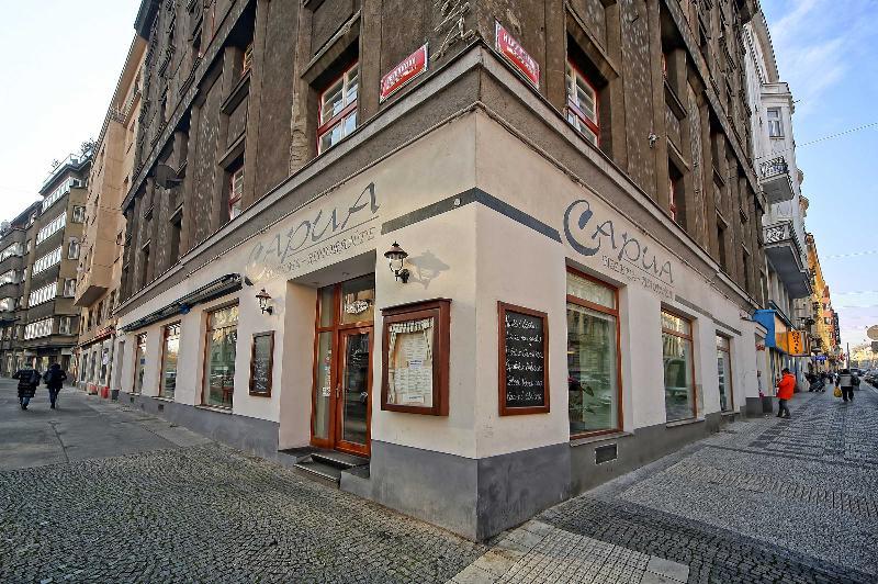 restaurant-pizzeria Capua accross the street
