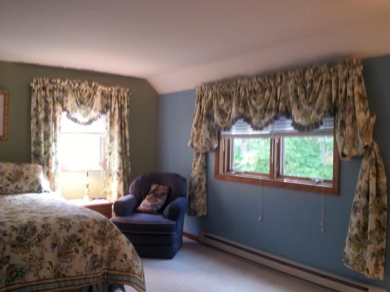 Sala de estar com muitas janelas e luz para este segundo quarto principal