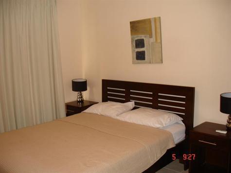 Dormitorio principal (cama doble). Vista de la flora local.