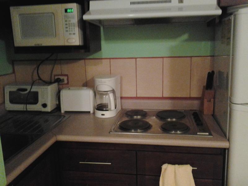 Cocina - comodidades - refrigerador, microondas, tostadora, restaurante, utensilios etc.