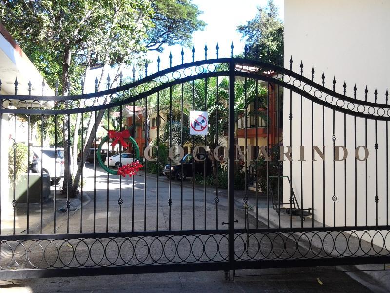 Puerta de seguridad en entrada única Cocomarindo.  Guardia de 24-7 en servicio.