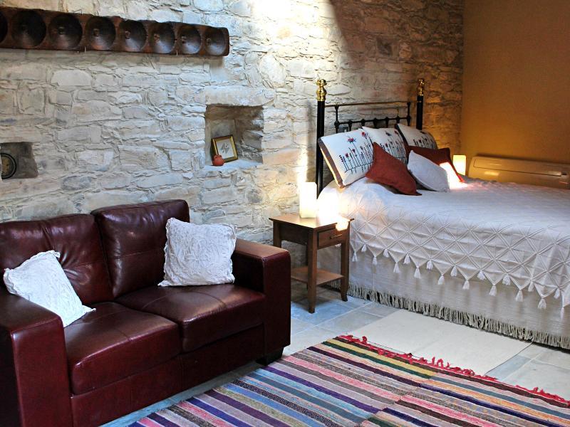 Un lit chypriote traditionnel, tapis faits à la main, pain moule et puits de lumière confèrent un charme unique à cette salle.