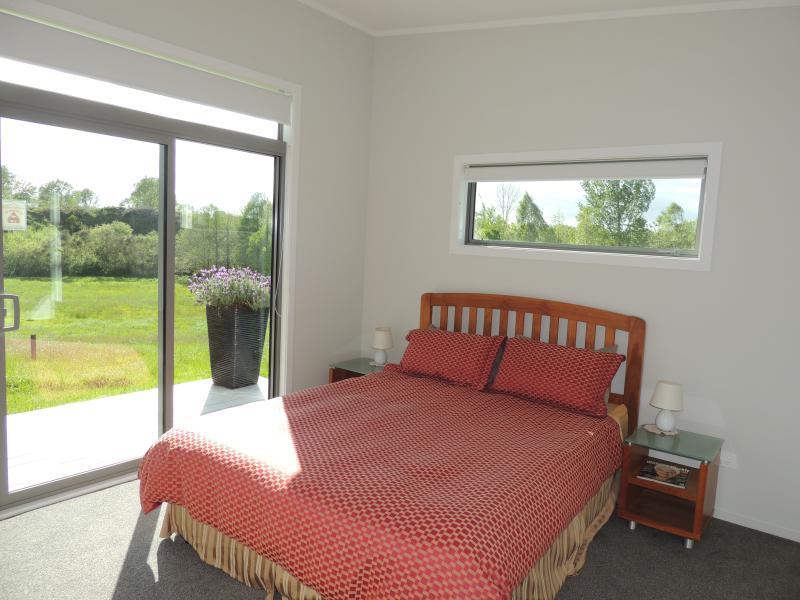 Gran dormitorio con cama matrimonial y baño privado