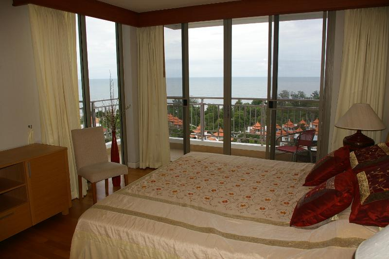 dormitorio de matrimonio con vistas al mar y balcón