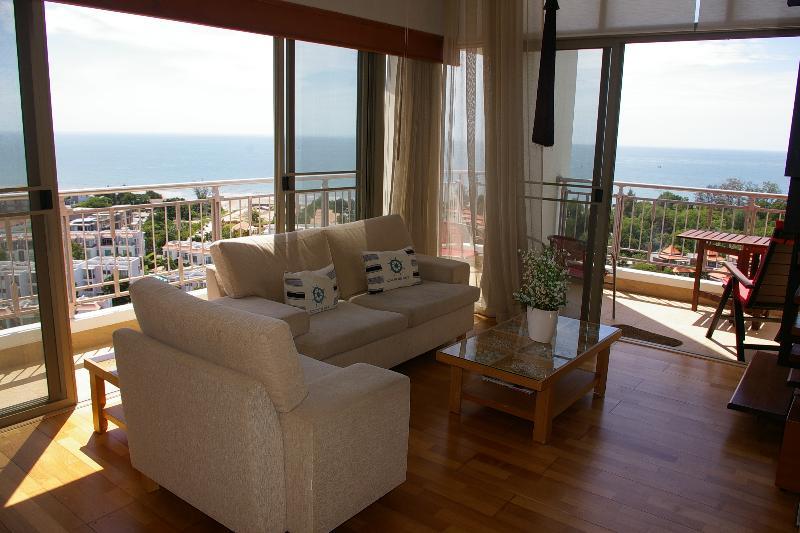 Salón rodeado de balcones con vistas al mar