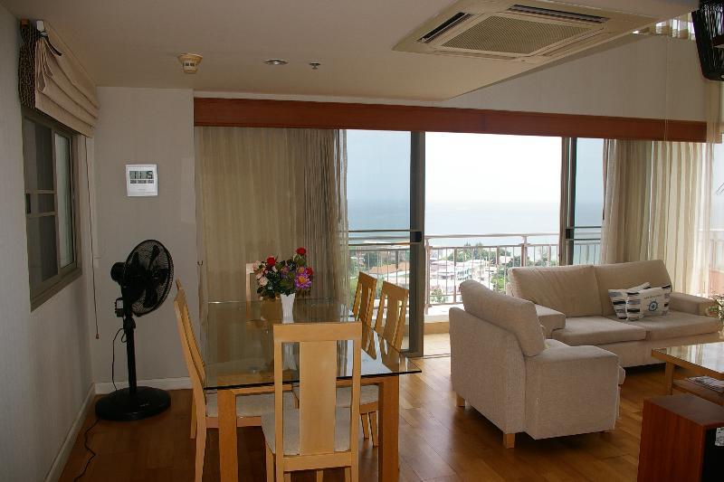 6 plazas mesa de comedor por el balcón con vistas al mar