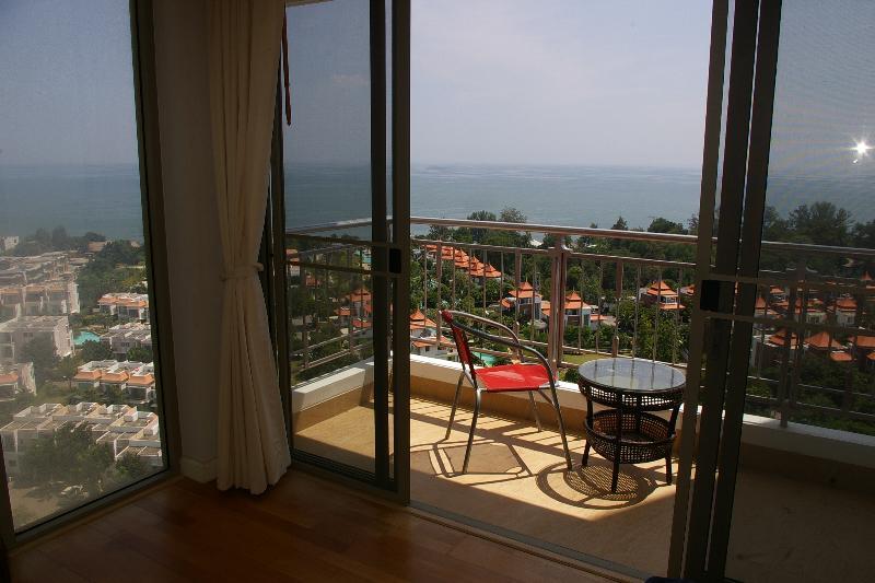 El dormitorio principal con balcón privado con vistas al mar wih excelente