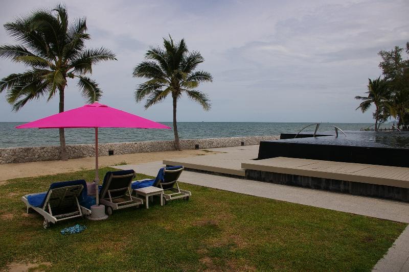 Frente a la playa tumbonas y sombrillas