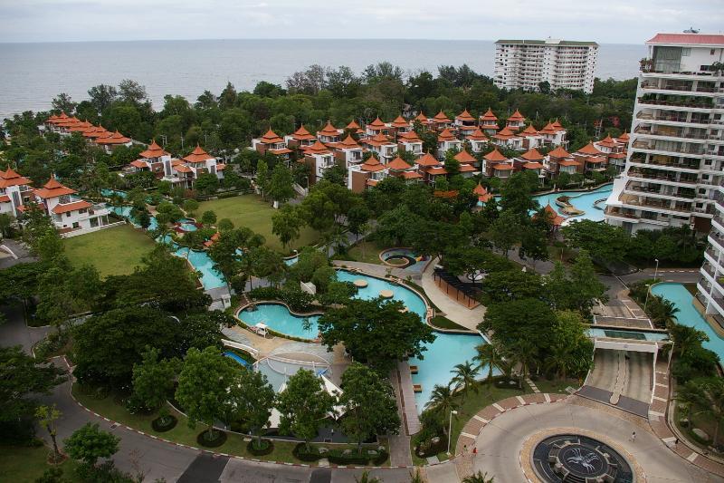 complejo de apartamentos de lujo con piscinas y casas
