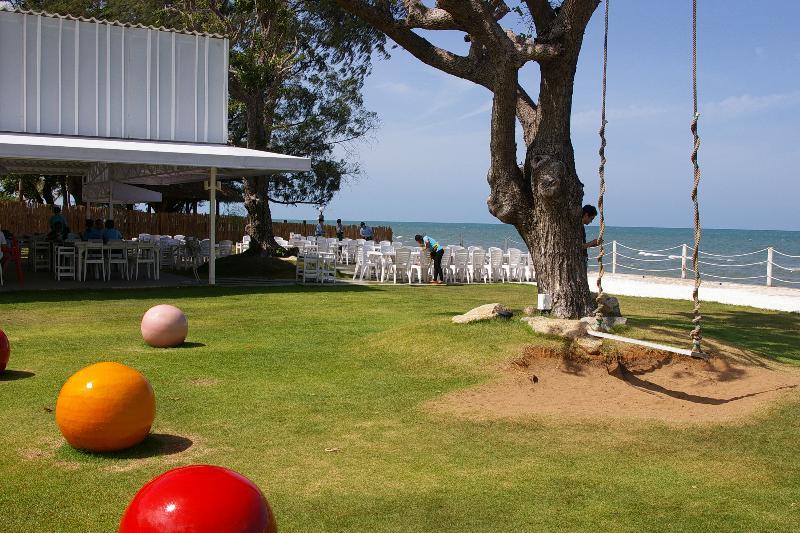 restaurante frente al mar y parque infantil