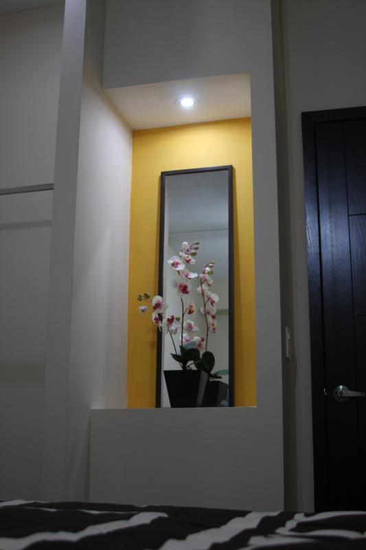 sala en recepcion para hacer mas comoda su estadia con arreglos de flores naturales y cristales fino