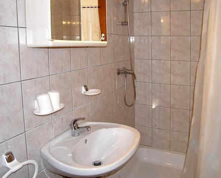 A prizemlje desno (2 + 2): badkamer met wc