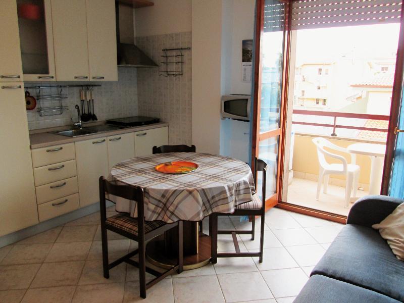 Küche mit Kühlschrank, Gas-Kochfelder, Mikrowelle, Wasserkocher, Esstisch und Stühle