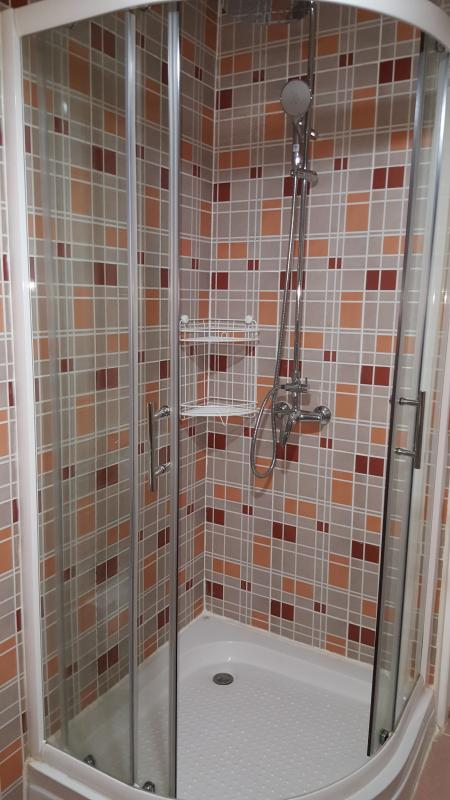 View on shower with cold and hot water in Top-guestroom 404/69