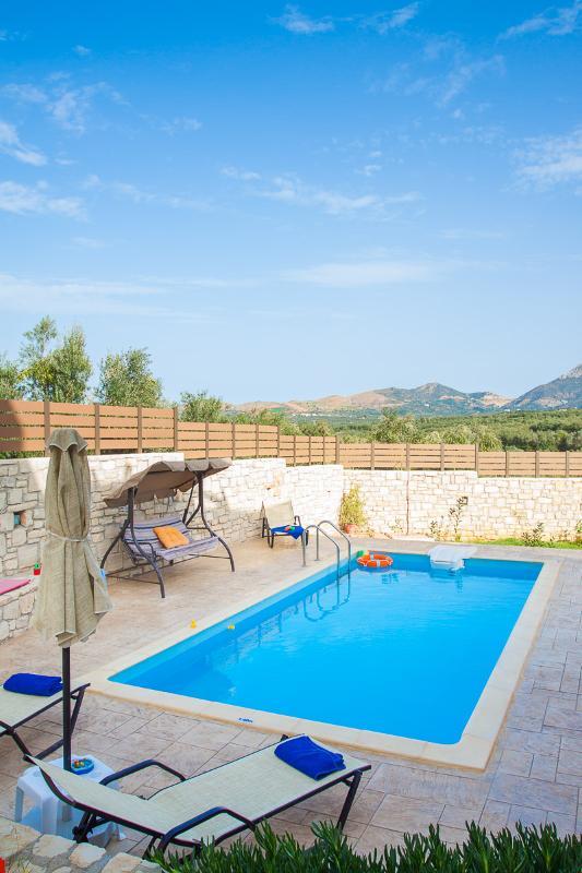 Un altalena è disponibile anche accanto alla piscina!
