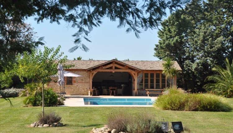 casa de piscina com cozinha de verão e sala de jantar ao ar livre