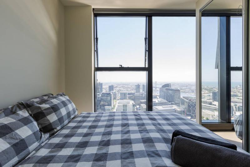 Wake up to a magnificent view of the CBD.