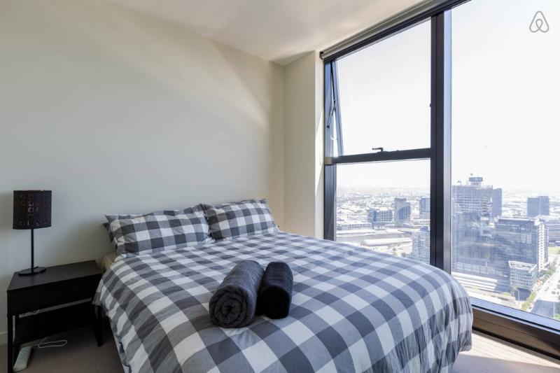 Un dormitorio con una cama queen size y felpa.