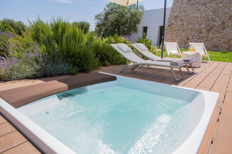 Villa Agape con su relajante jacuzzi con vistas al mar ofrece unas vacaciones lejos del estrés.