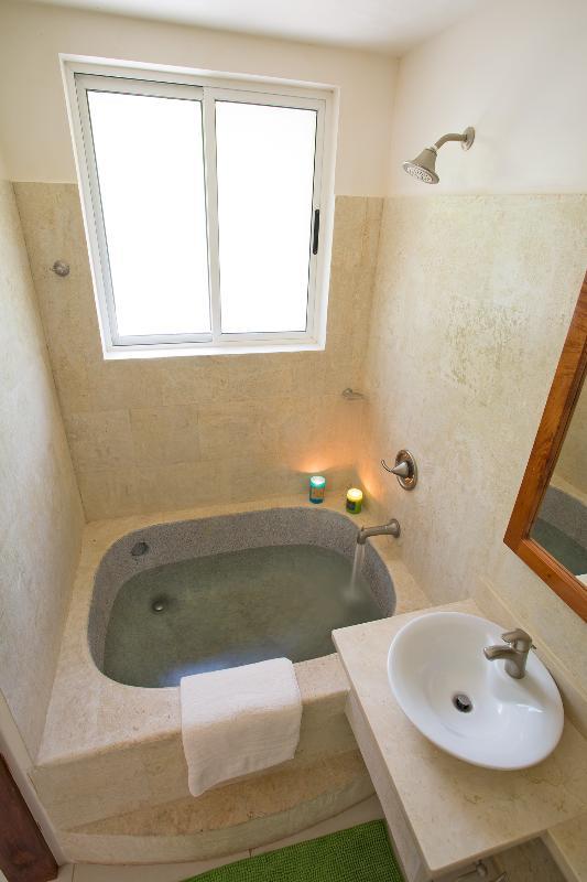 La maison a 2,5 salles de bains...