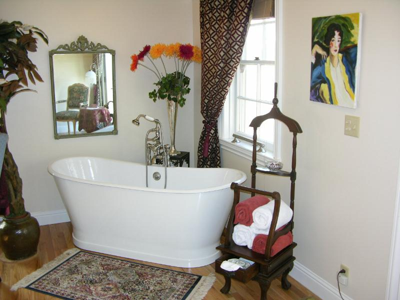 Soaking tub in the Merlot Room, turn the TV an watch a movie while soaking