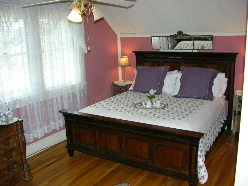 Zinfandel Room with king bed plus twin bed, private bath across hall