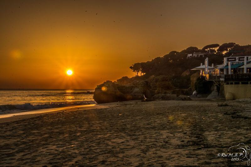 Superbe coucher de soleil sur la plage de Olhos de Agua