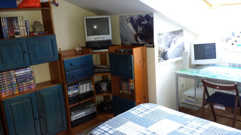Dormitorio con 2 camas equipo de sonido, CD y TV