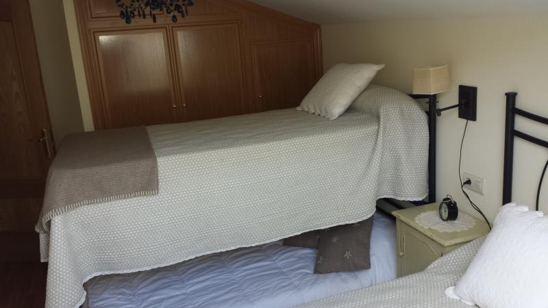 Litera desplegable lo que hace de una habitacion con tres camas.