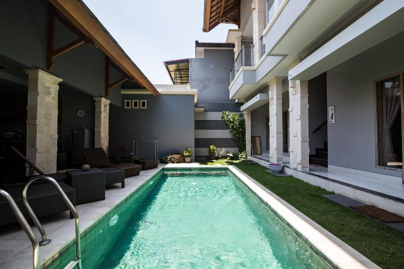 New 4 Bedroom 4 bathroom villa with private pool, holiday rental in Kuta