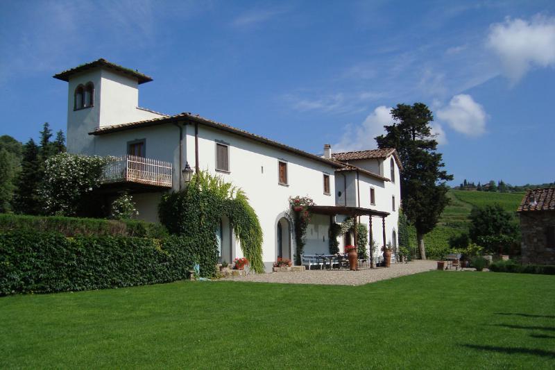 Fattoria Montecchio Villa Sleeps 18 with Pool Air Con and WiFi - 5226854, holiday rental in Badia a Passignano